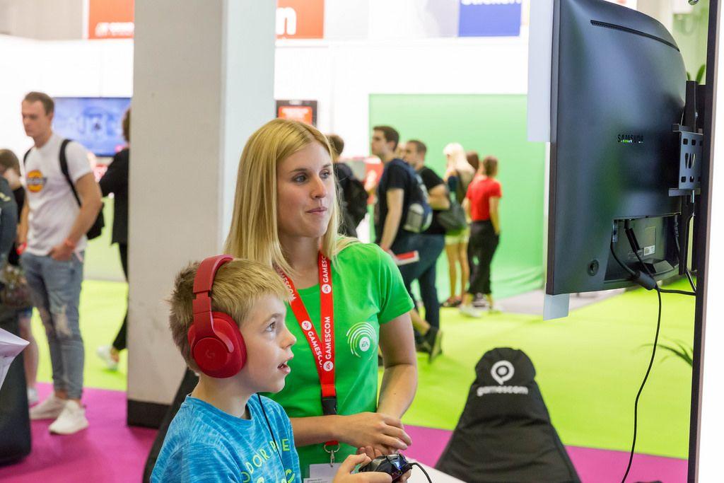Begeisterter Junge spielt auf der PS4 - Gamescom 2017, Köln
