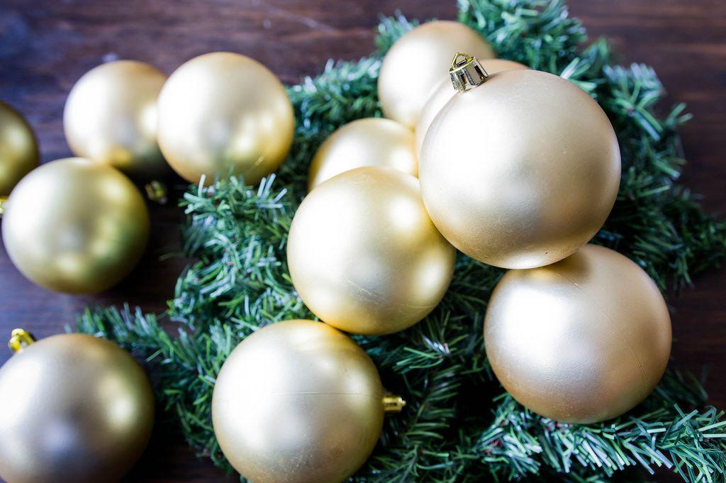 Beigefarbene Weihnachtskugeln