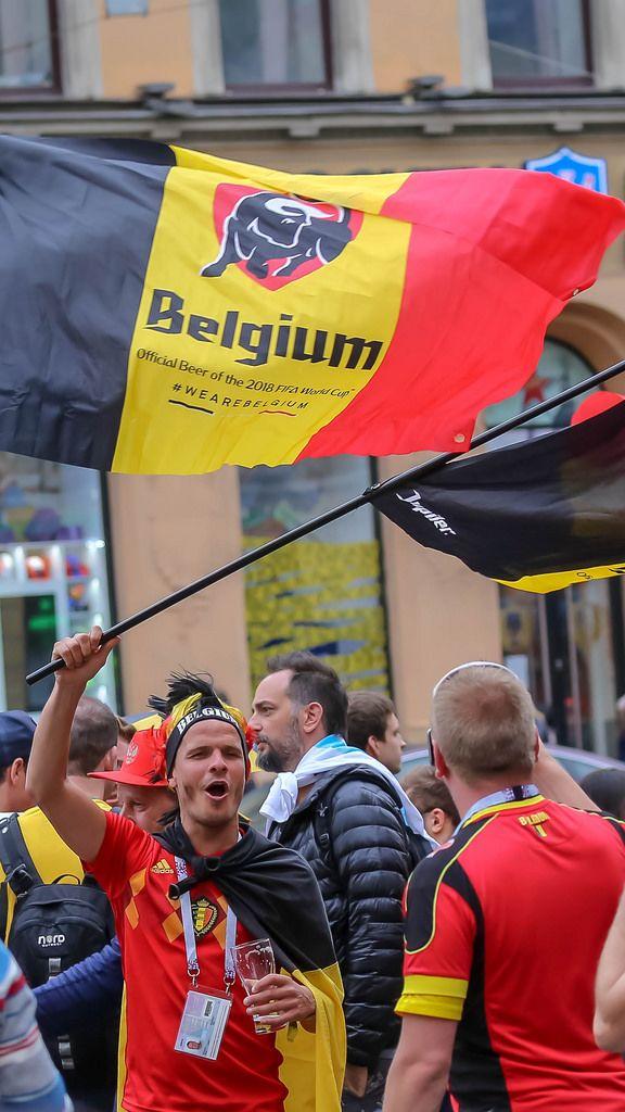 Belgische Fußballfans mit Flaggen