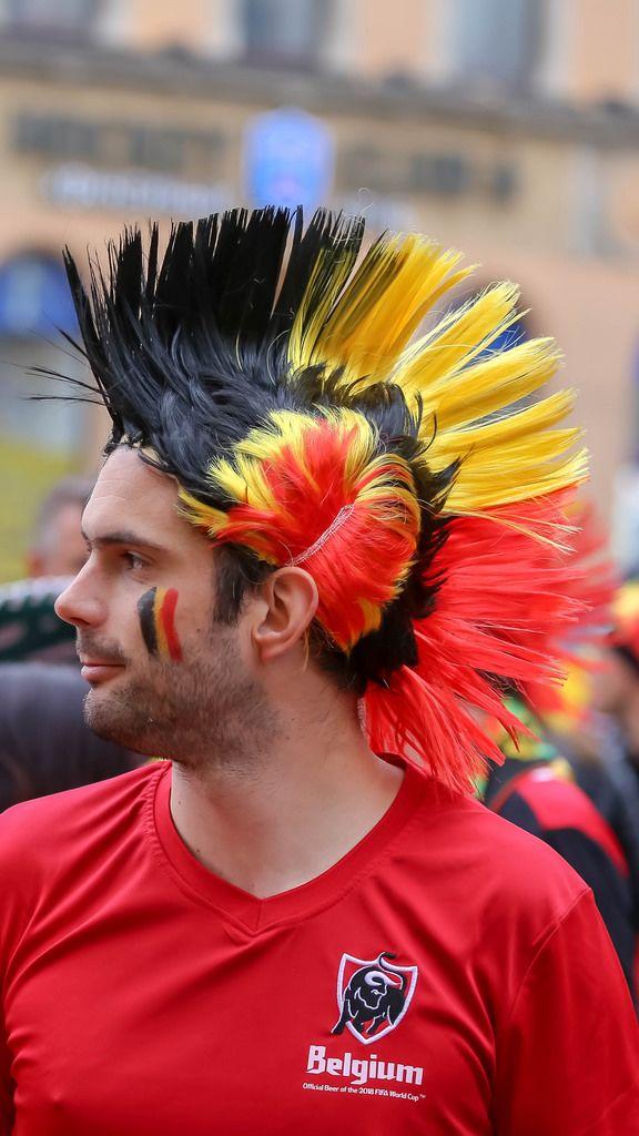 Belgischer Fußballfan mit Irokesenfrisur gefärbt in Nationalfarben