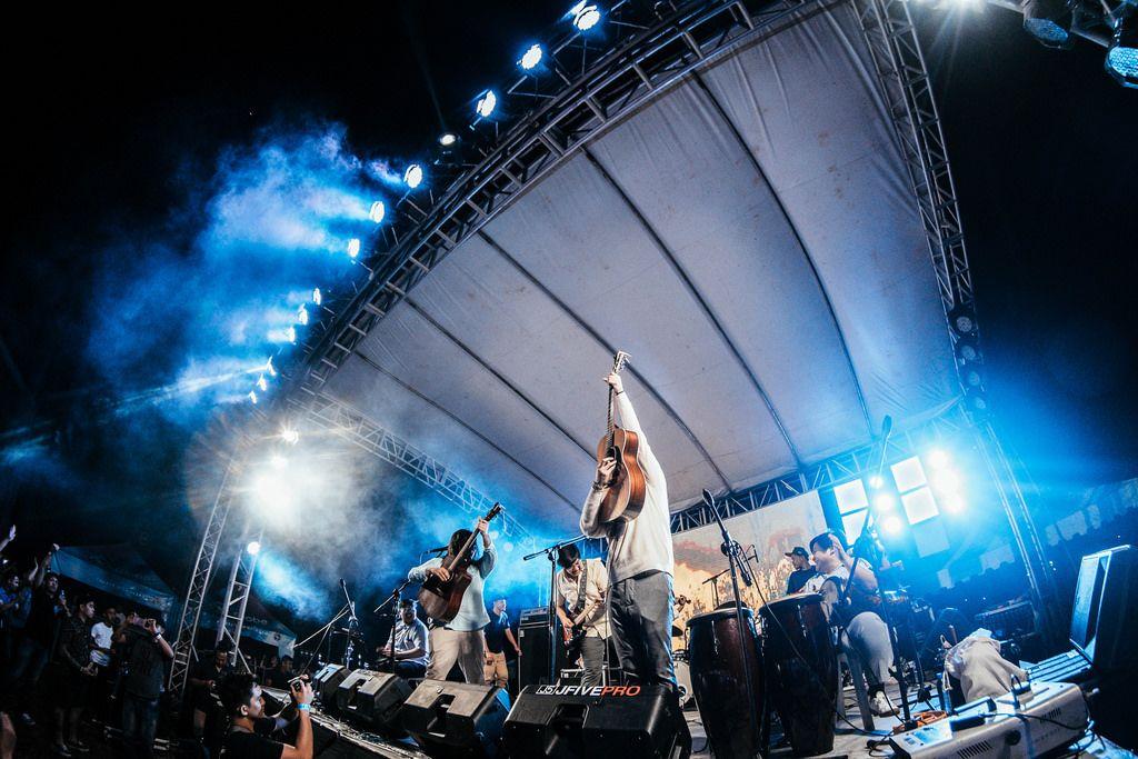 Ben & Ben beenden ihren Auftritt auf dem Day Dream Festival in Bacolod City mit einer spektakulären Einlage