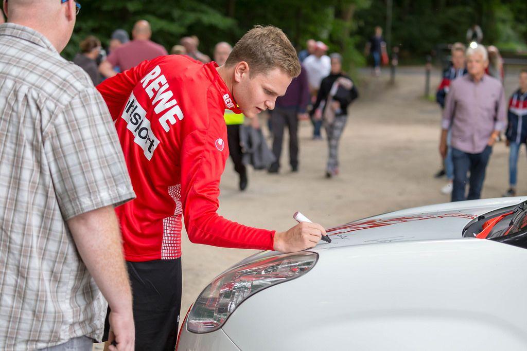 Benno Schmitz signiert ein Auto