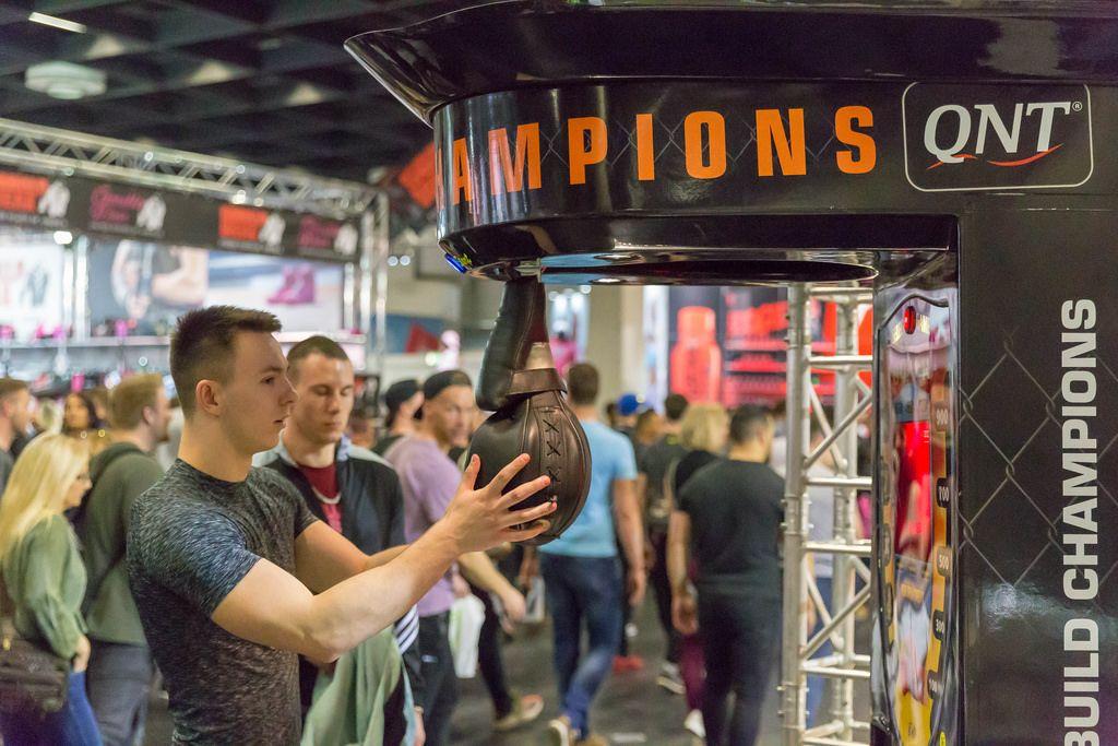 Besucher beim Boxer-Kraftautomaten - FIBO Köln 2018