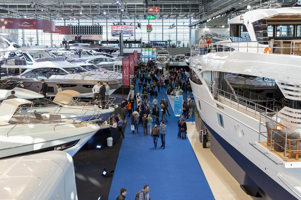 Besucher bestaunen luxuriöse Yachten - Boot Düsseldorf 2018