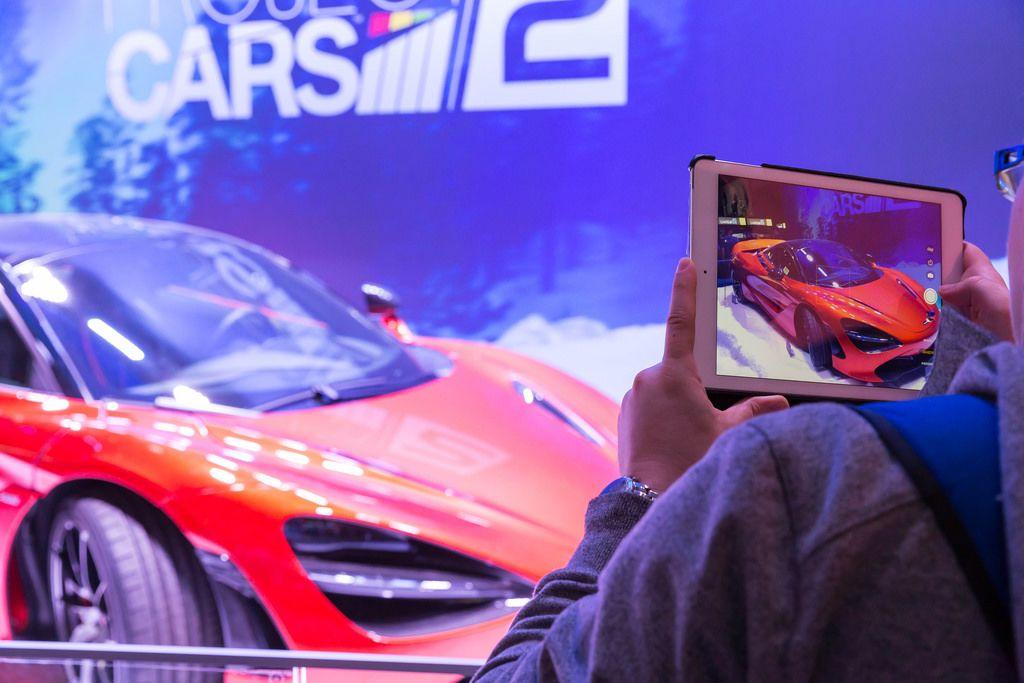 Besucher fotografiert das Project CARS 2 Plakat - Gamescom 2017, Köln