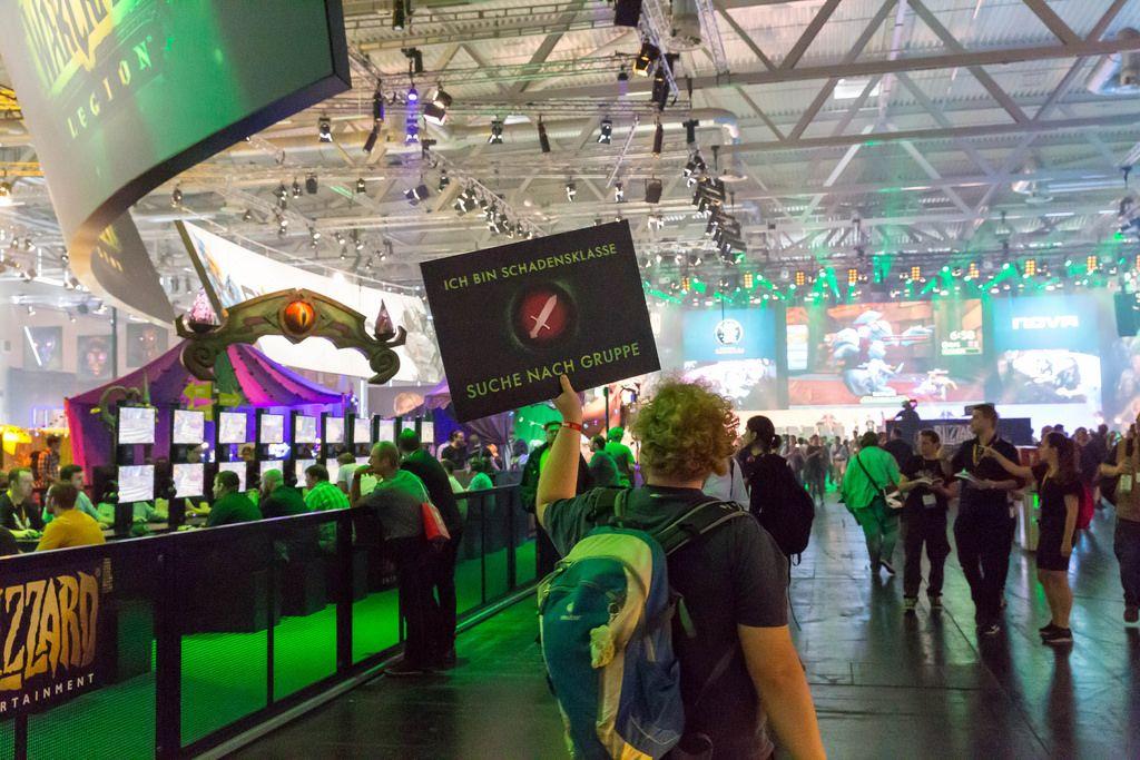 Besucher hält ein Transparent hoch - Gamescom 2017, Köln