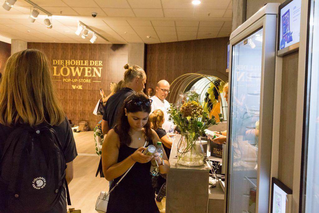 Besucher im Pop-Up-Store Die Höhle der Löwen