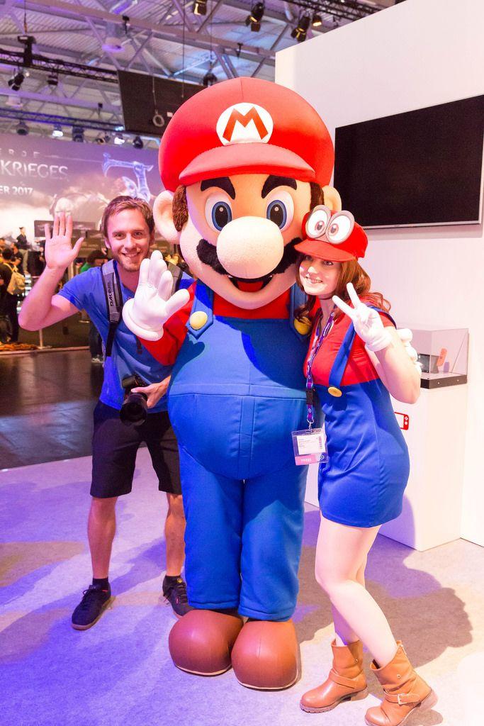 Besucher lassen sich mit Mario-Maskottchen fotografieren - Gamescom 2017, Köln