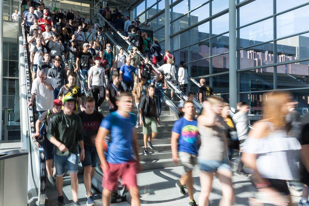 Besucher laufen die Treppe runter - Gamescom 2017, Köln