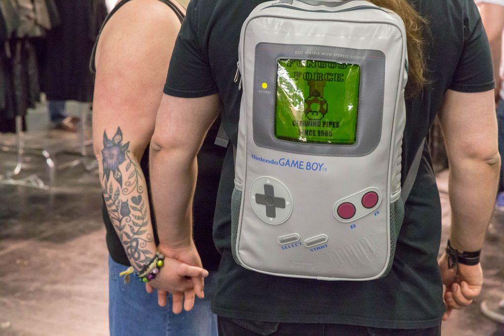 Besucher mit Rucksack in Form eines Nintendo Game Boys