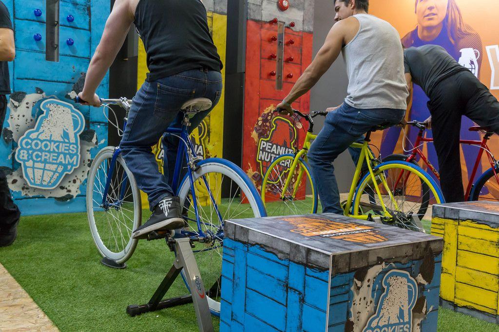 Besucher probieren Cycletrainer aus - FIBO Köln 2018