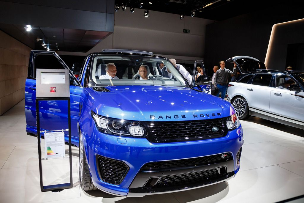 Besucher schauen sich das blaue Modell Range Rover Sport SVR von Land Rover an