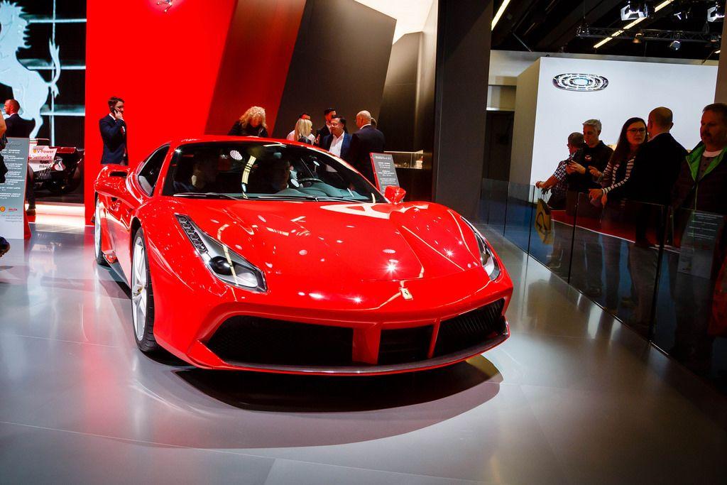 Besucher schauen sich das Ferrari-Modell 488 GTB bei der IAA 2017 an