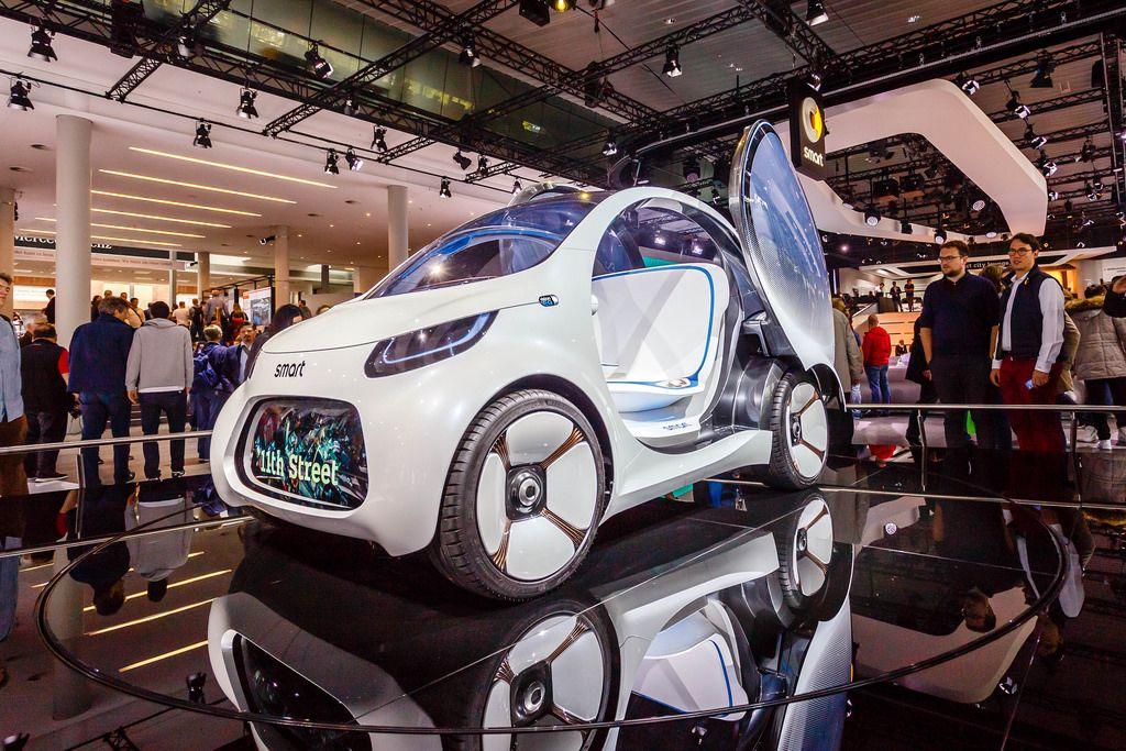 Besucher schauen sich das Konzept Vision EQ von Smart an
