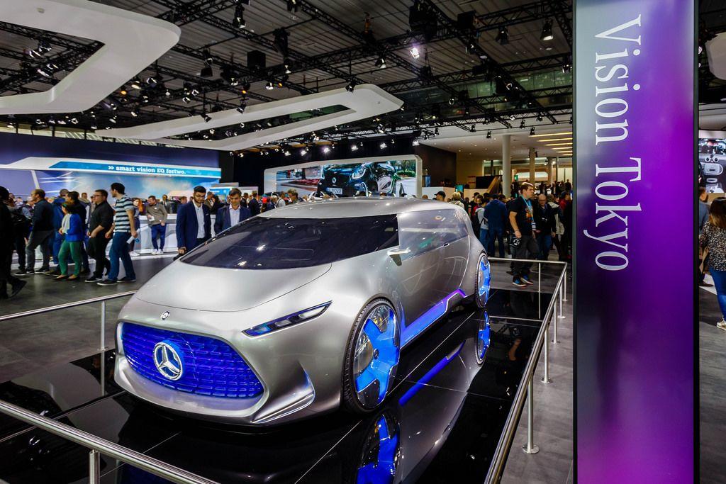Besucher schauen sich das Konzept Vision Tokyo von Mercedes Benz an