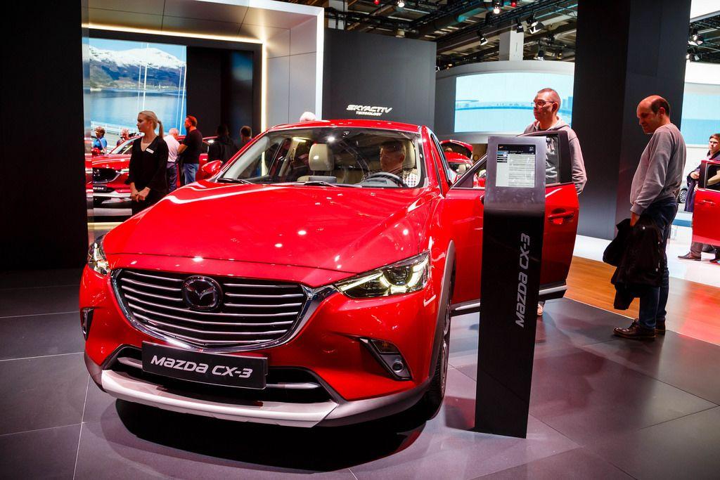 Besucher schauen sich das Mazda MX-3 Modell an