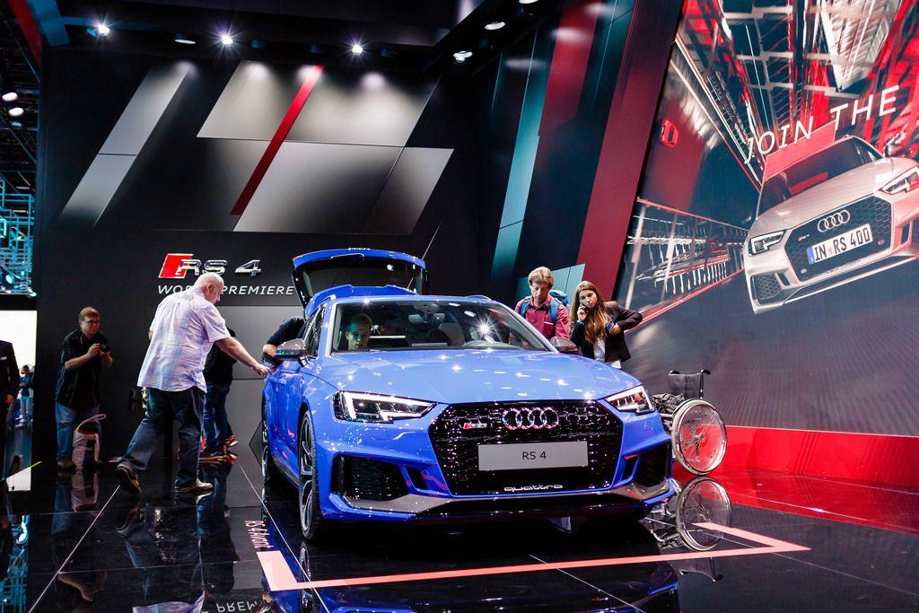 Besucher schauen sich das Model RS 4 Quattro von Audi an