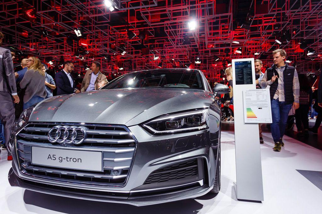Besucher schauen sich das Modell A5 g-tron von Audi an