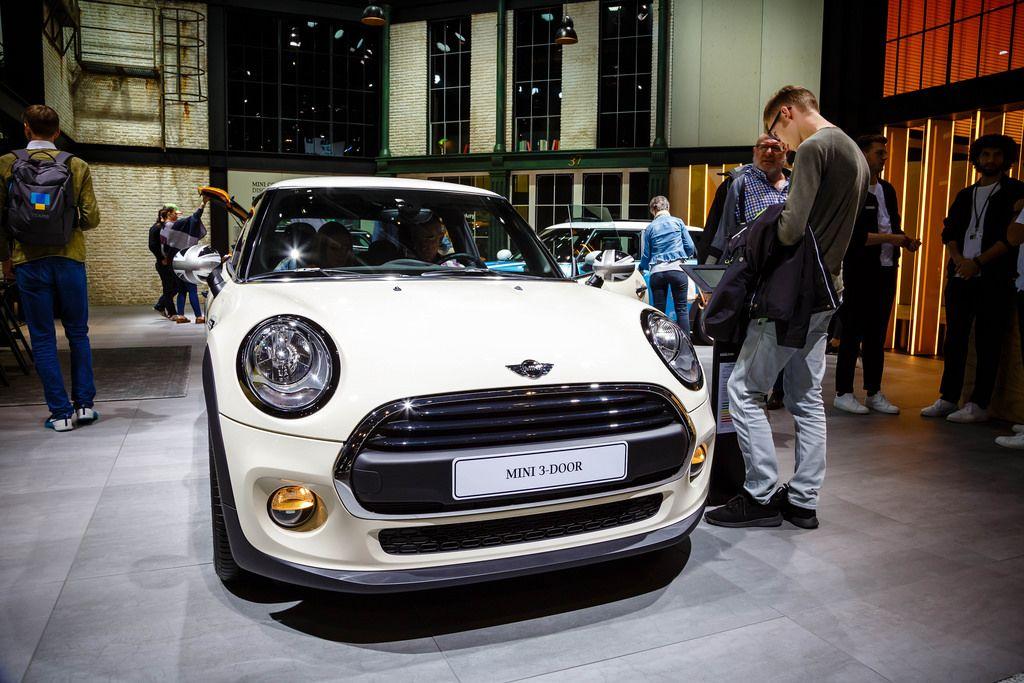 Besucher schauen sich das Modell Mini 3-Door  von Mini John Cooper an