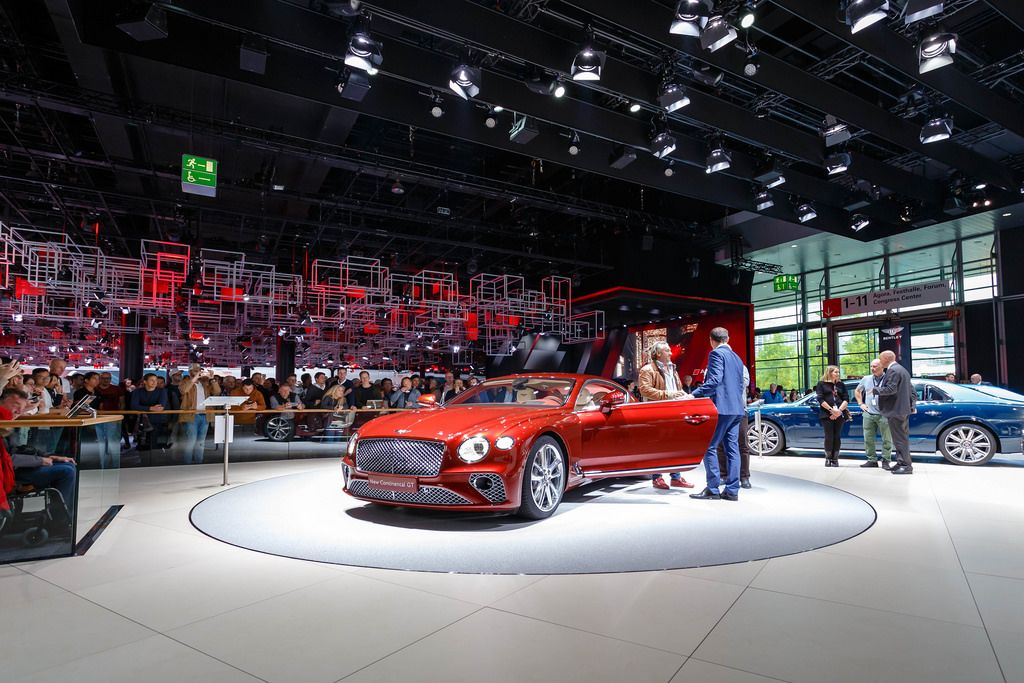 Besucher schauen sich das Modell New Continental GT von Bentley an