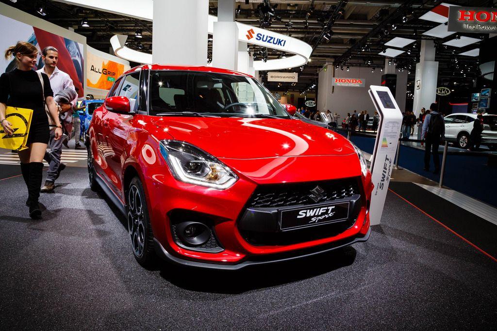 Besucher schauen sich das Modell Swift Sport von Suzuki an