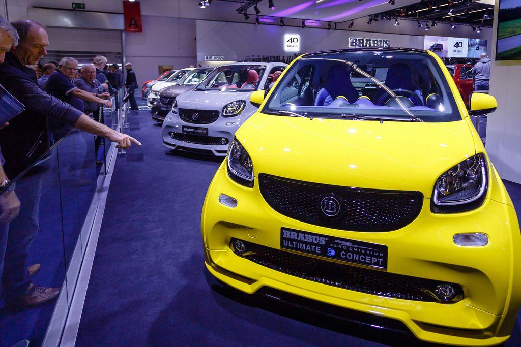 Besucher schauen sich das neue Konzept des Elektromobils von  Brabus Ultimate an