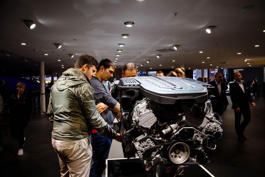 Besucher schauen sich den BMW Performance Motor an