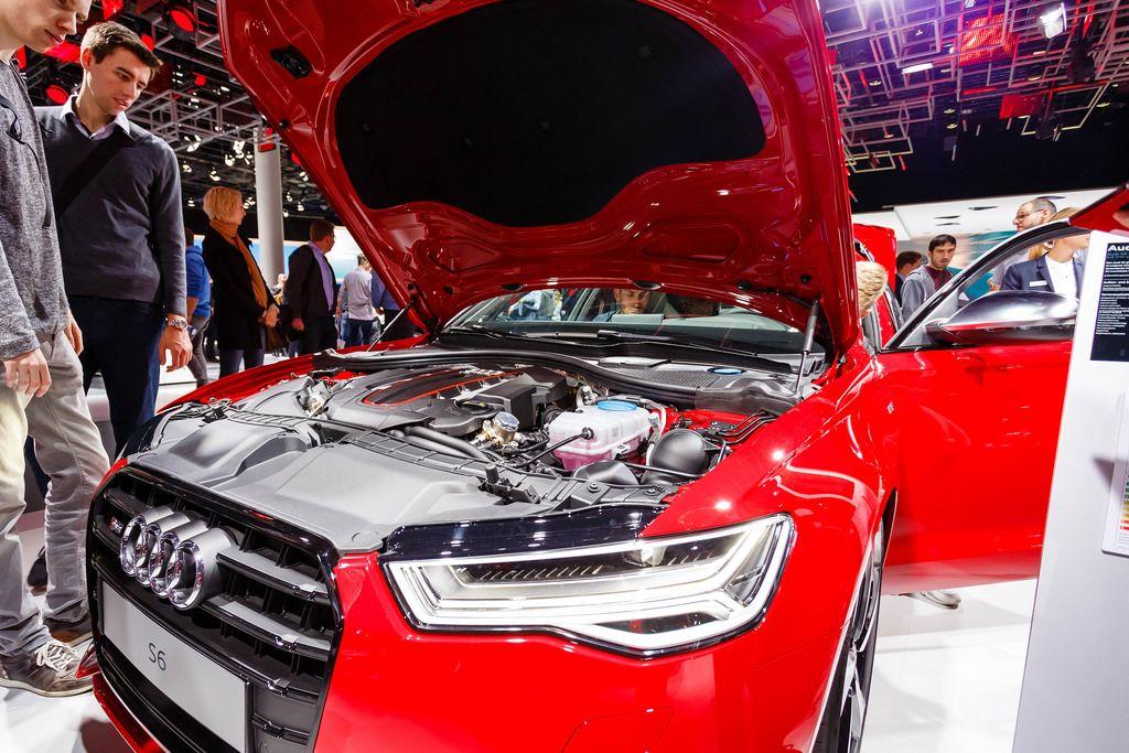 Besucher schauen sich den Motor von dem Audi Modell S6 an