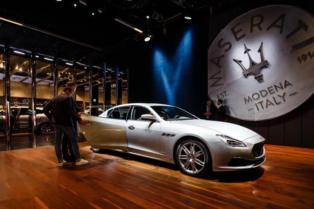 Besucher schauen sich den neuen Ghibli von Maserati an