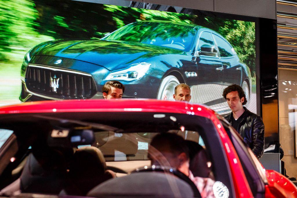 Besucher schauen sich den neuen GranTurismo von Maserati Modelljahr 2018 an