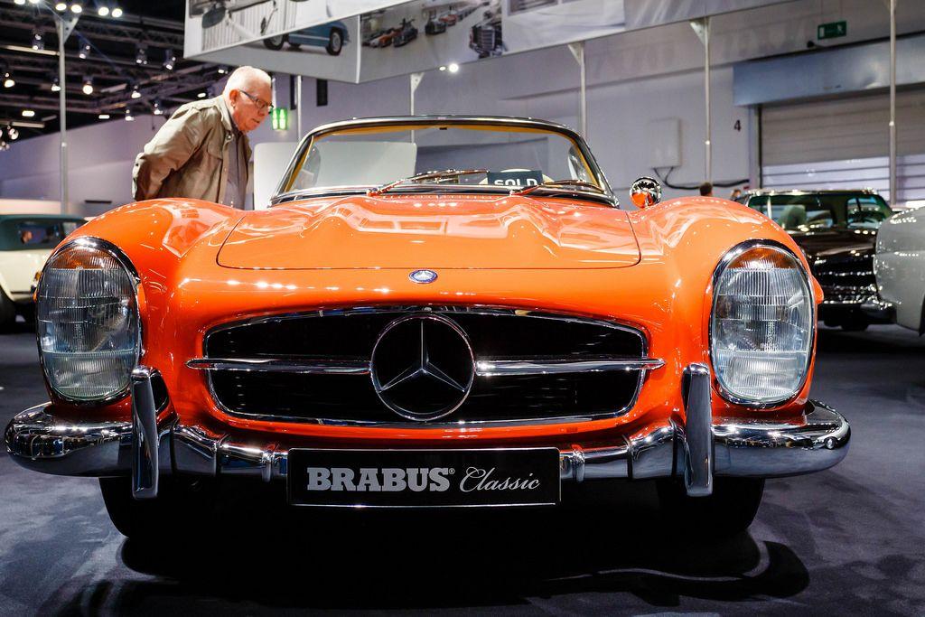 Besucher schauen sich den Originalen Mercedes 300SL von Brabus Classic an