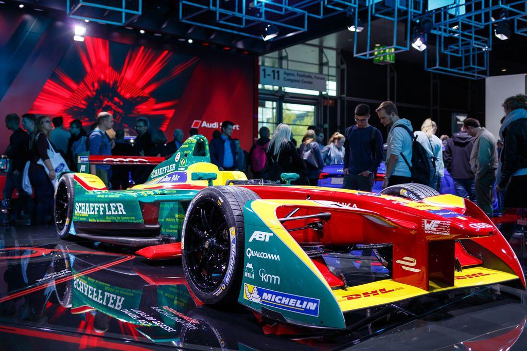 Besucher schauen sich Monoposto -  Rennwagen von Audi an