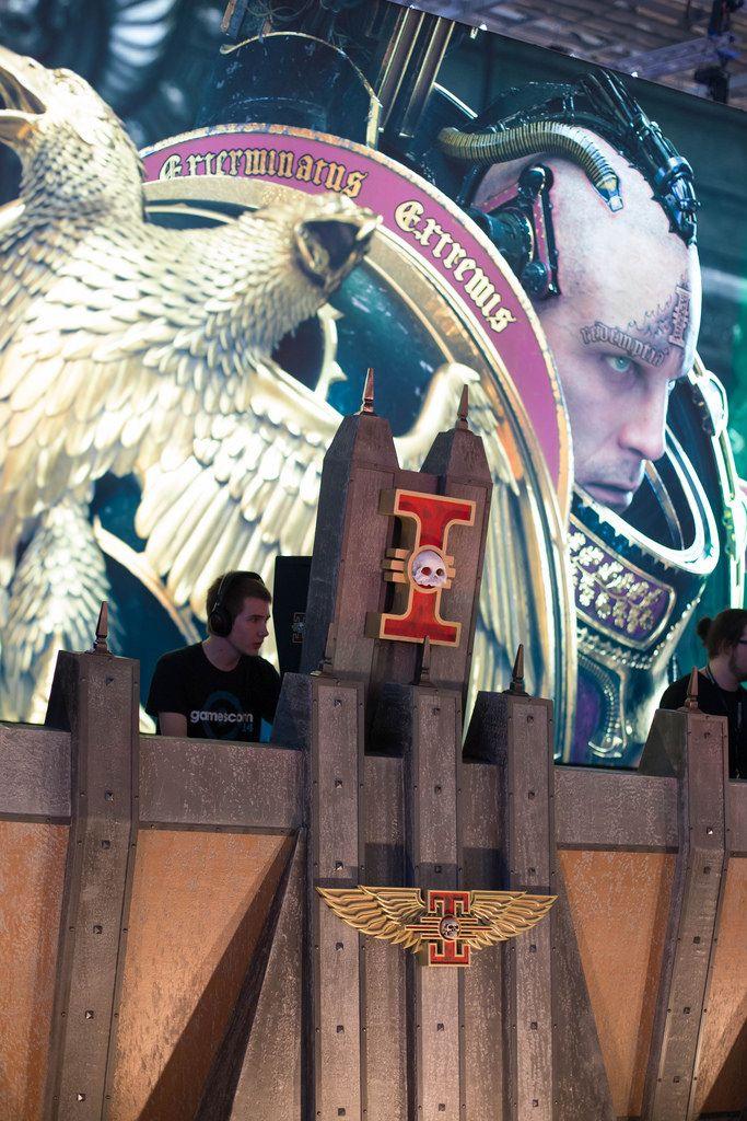 Besucher spielen am Messestand bei der Gamescom 2017