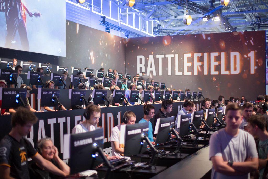 Besucher spielen Battlefield 1