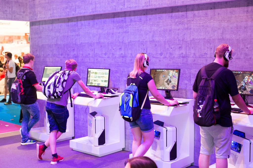 Besucher spielen Heroes of the Storm bei dem Twich Messestand