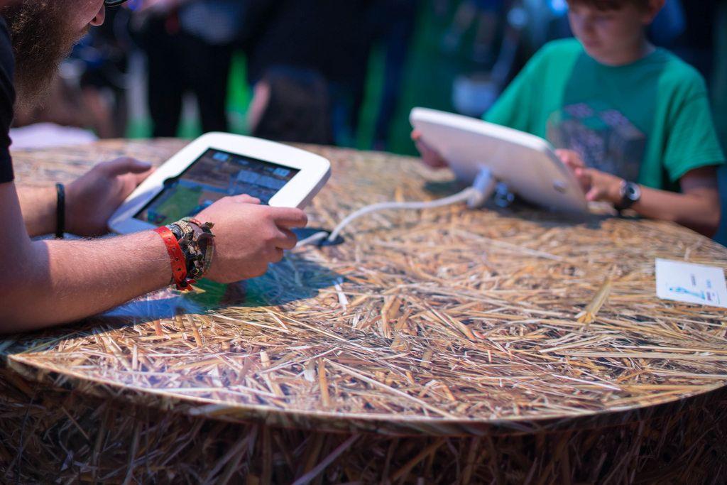 Besucher spielen Landwirtschafts-Simulator auf Touchpad