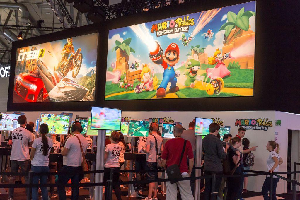 Besucher spielen Mario + Rabbids Kingdom Battle - Gamescom 2017, Köln