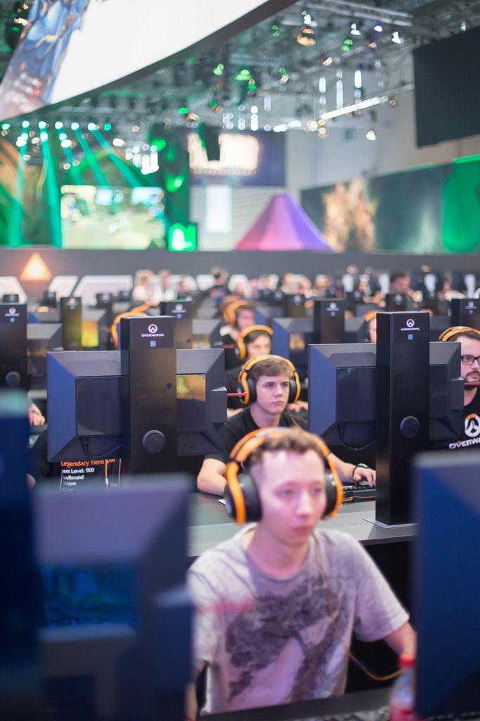 Besucher spielen Overwatch von Blizzard