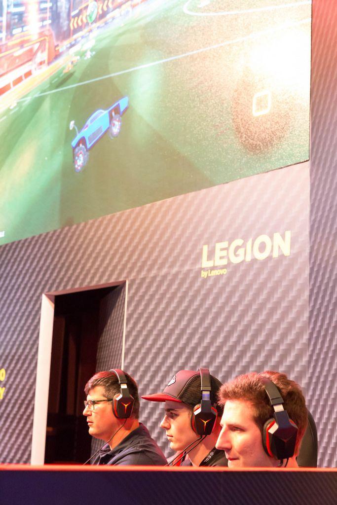 Besucher spielen Rocket League am Messestand von Lenovo - Gamescom 2017, Köln