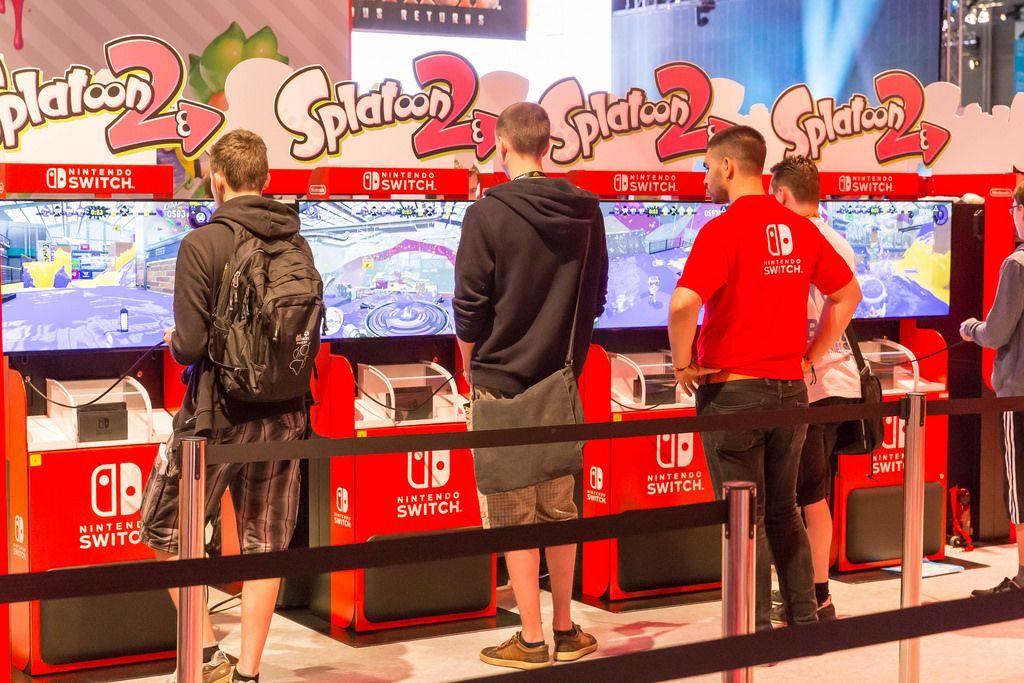 Besucher spielen Splatoon 2 - Gamescom 2017, Köln