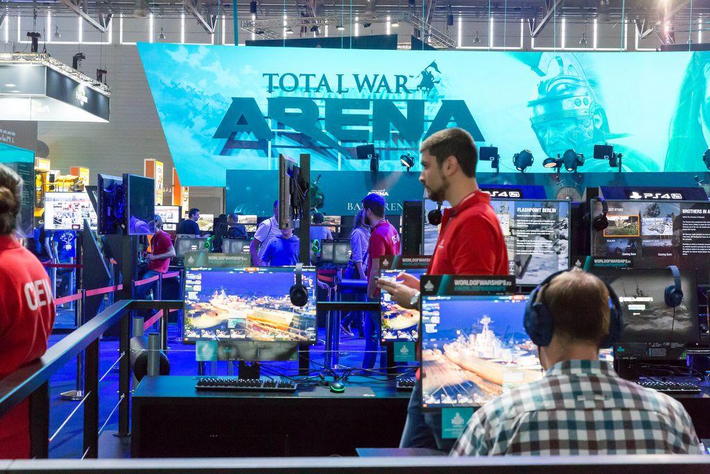 Besucher spielen Total War Arena - Gamescom 2017, Köln