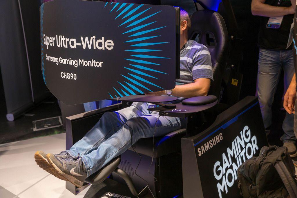 Besucher spielt ein Spiel auf dem Super Ultra-Wide Gaming-Monitor Samsung CHG90