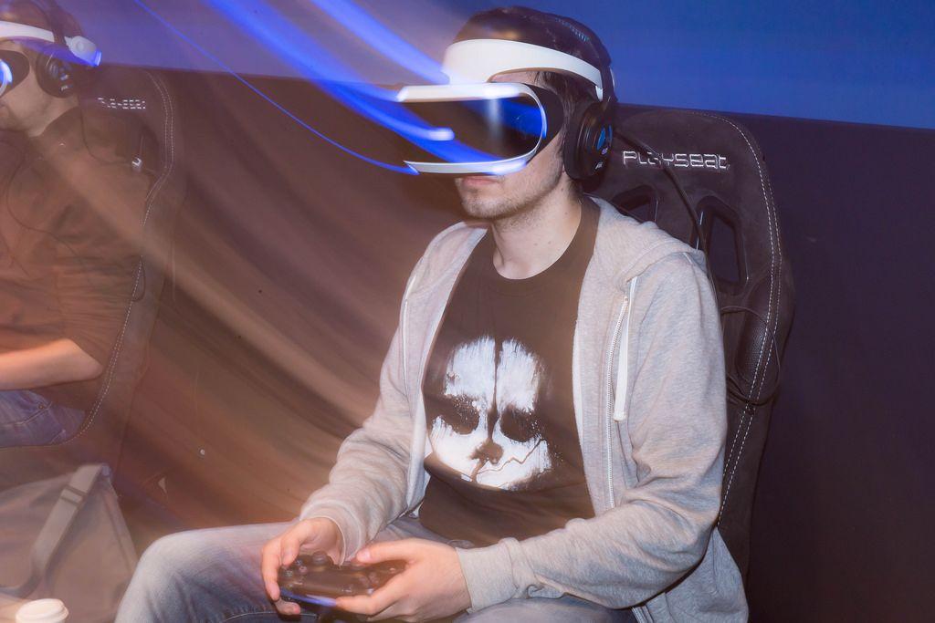 Besucher spielt mit dem PlayStation VR Headset - Gamescom 2017, Köln