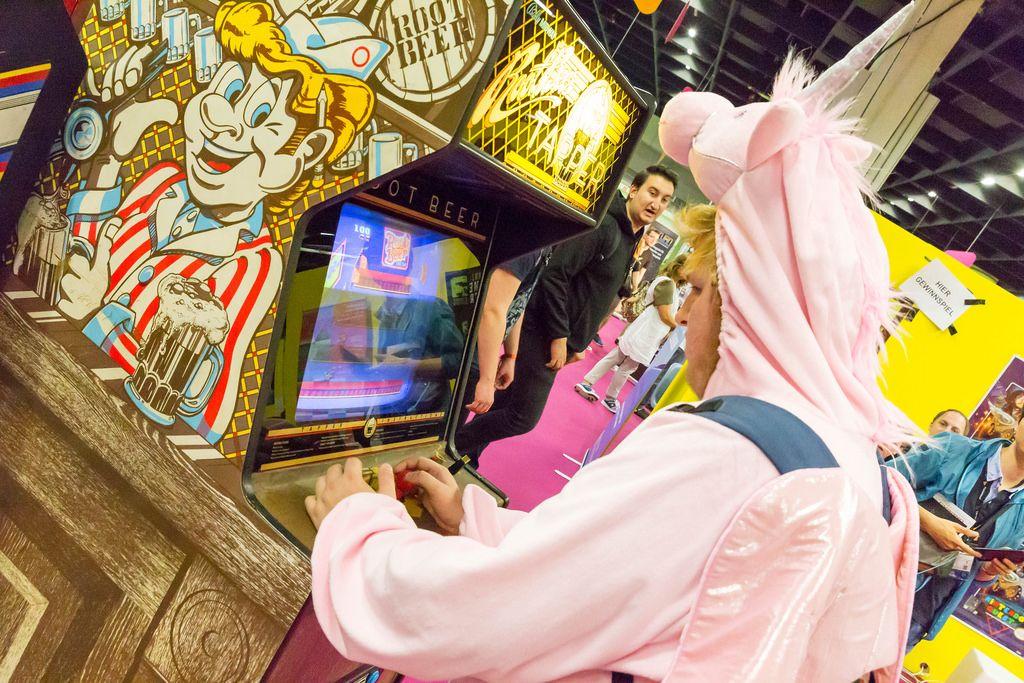 Besucher spielt Root Beer auf einem Arcade-Automaten - Gamescom 2017, Köln