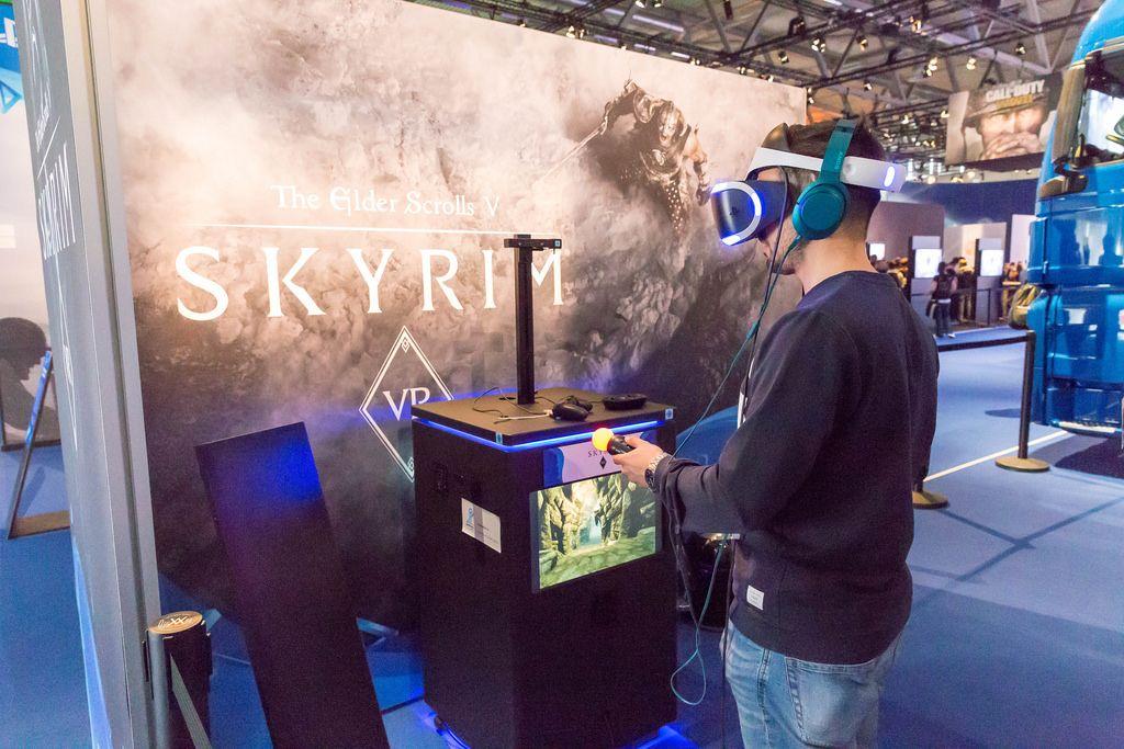 Besucher spielt Skyrim mit dem PlayStation VR Headset - Gamescom 2017, Köln
