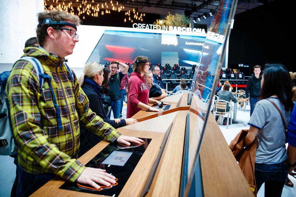 Besucher testen Content von Seat bei der IAA