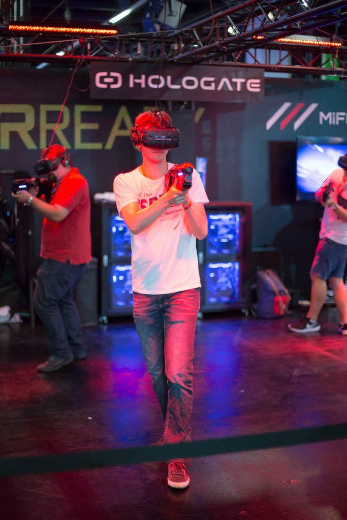 Besucher testen VR-Multiplayer-System Hologate
