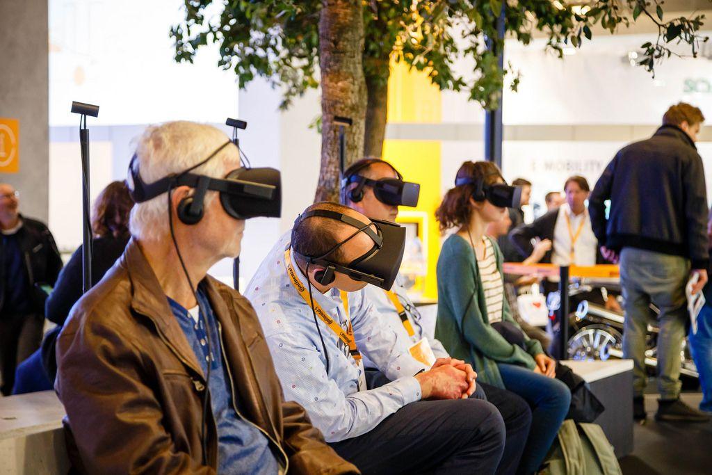 Besucher testen VR-Simulatoren bei der IAA 2017 in Frankfurt am Main