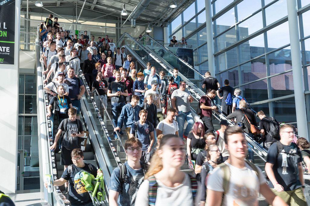 Besucher verlassen die Messehalle - Gamescom 2017, Köln