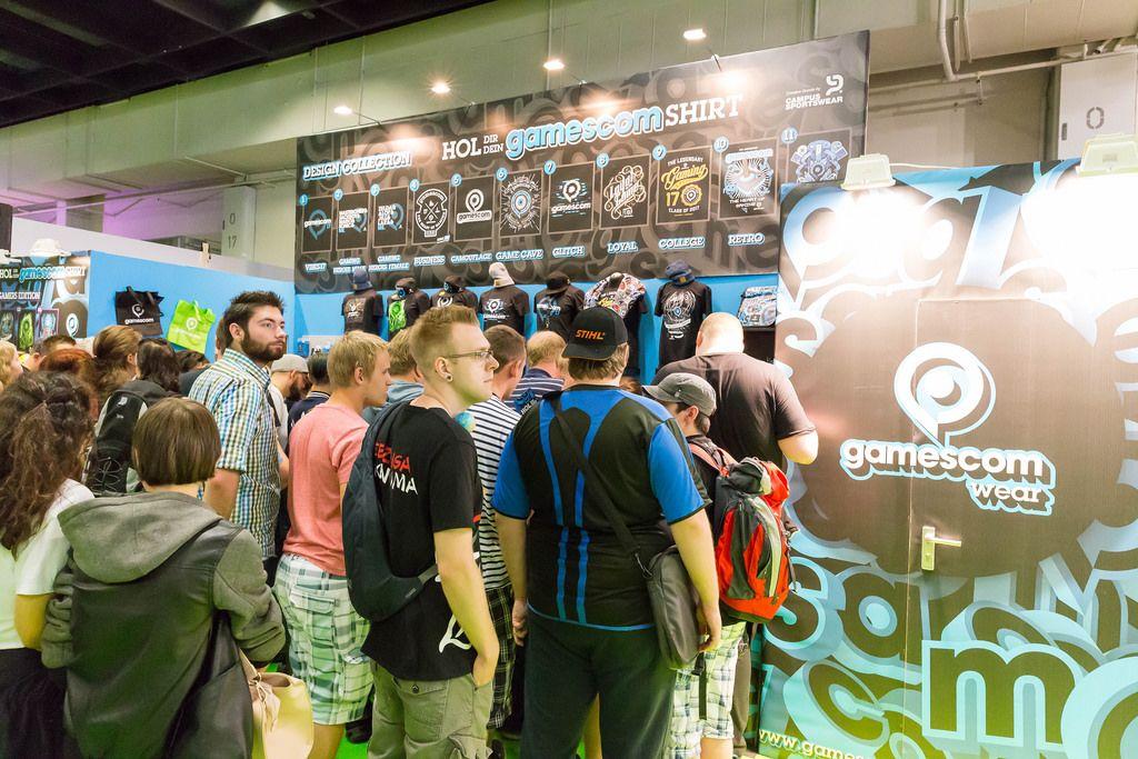 Besucher vor dem Gamescom Wear Merchandising Shop - Gamescom 2017, Köln